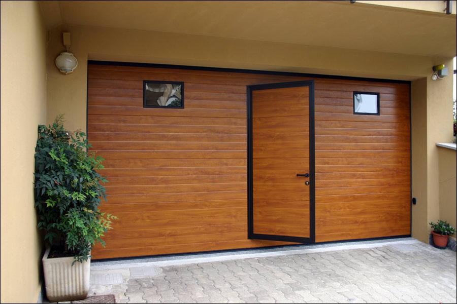 Szekcionált garázskapuk beépített ajtóval is