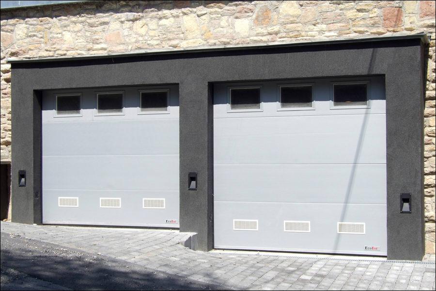 Mikrobordás mintázatú szekcionált garázskapuk ablakokkal és szellőző rácsokkal