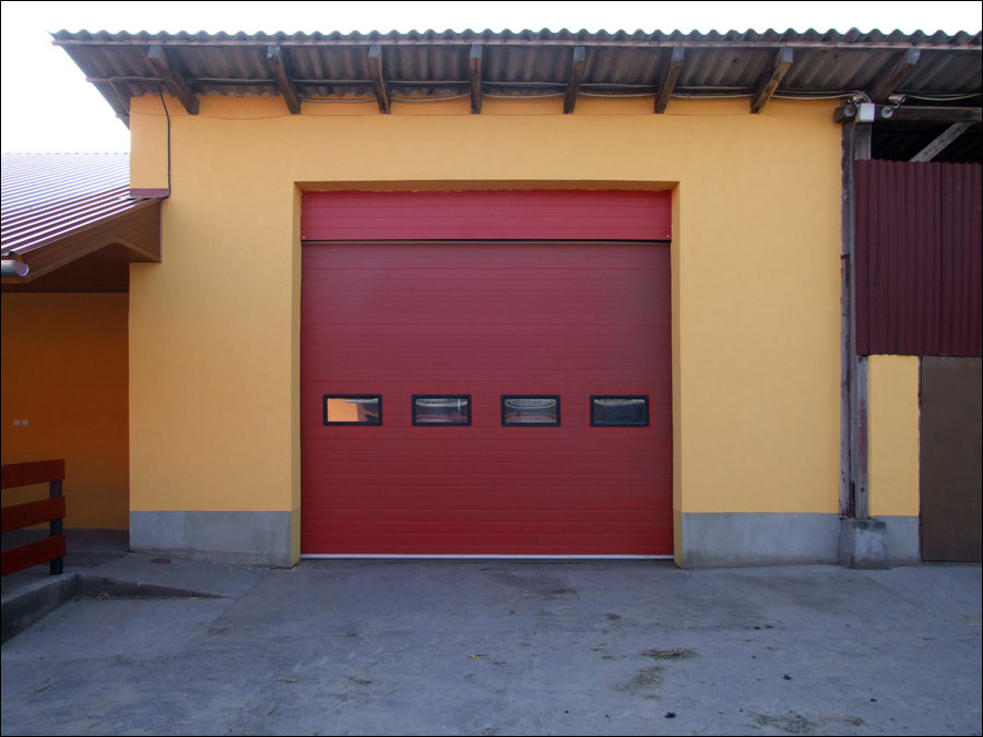 Piros színű szekcionált ipari kapu