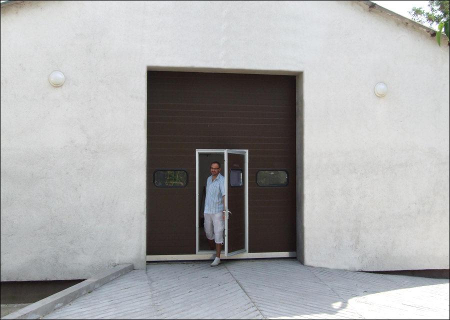 Szekcionált ipari kapu beépített átjáró ajtóval