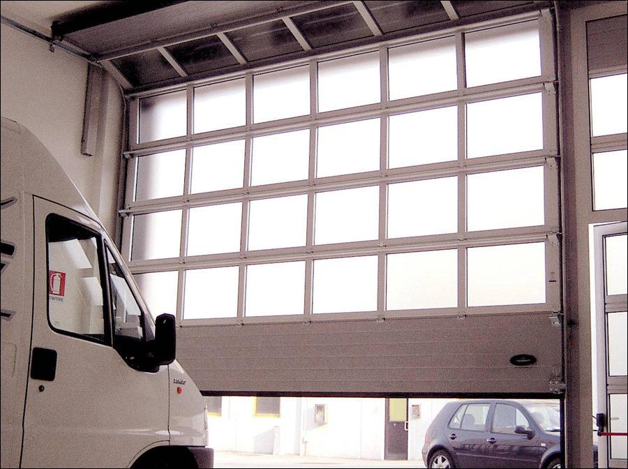 FULL VISION panoráma ablakos szekcionált ipari kapu belülről