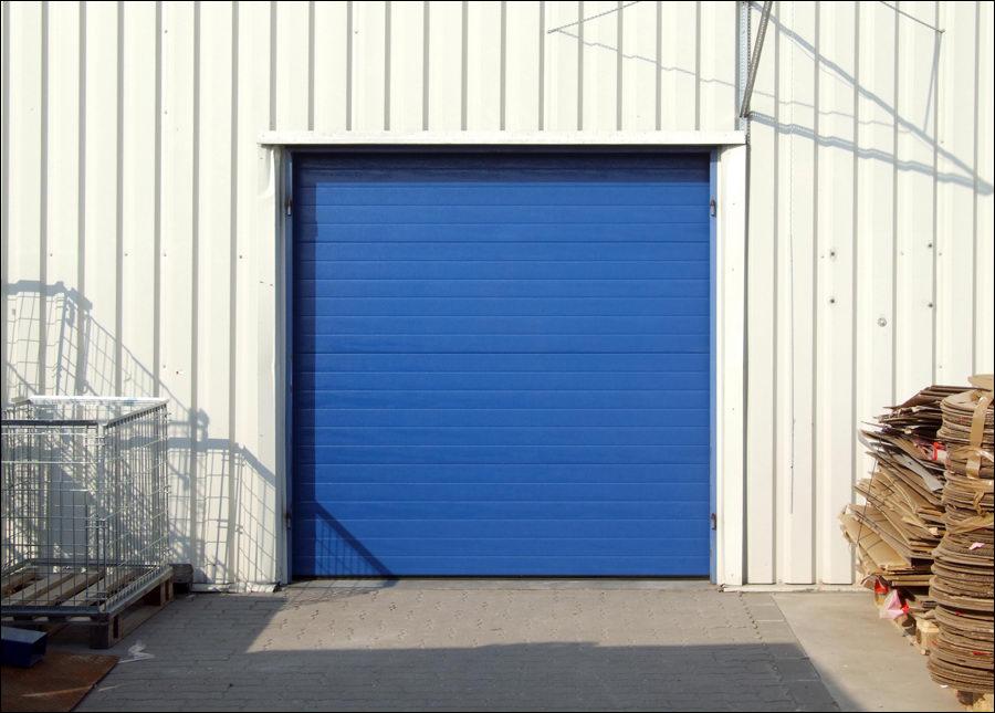 Szekcionált ipari kapu egyedi kék színben is