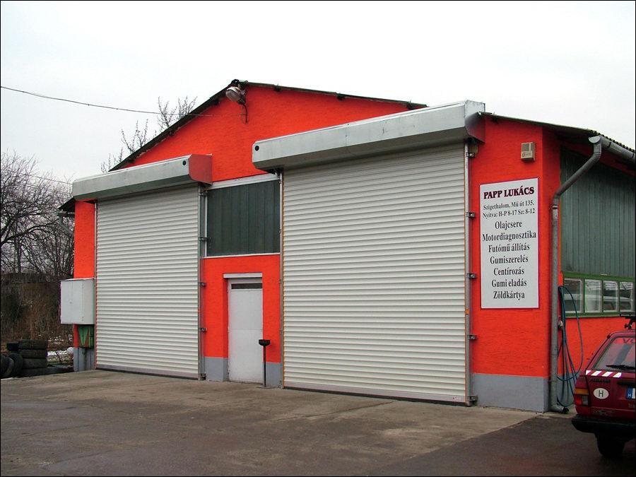 Teckentrup ipari redőnykapu külső homlokzati szereléssel, esővédő burkolattal